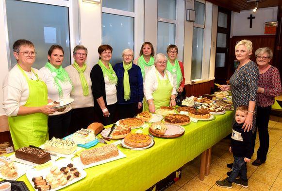 Lieve (achterste rij tweede van rechts) bakte 25 van de 40 taarten