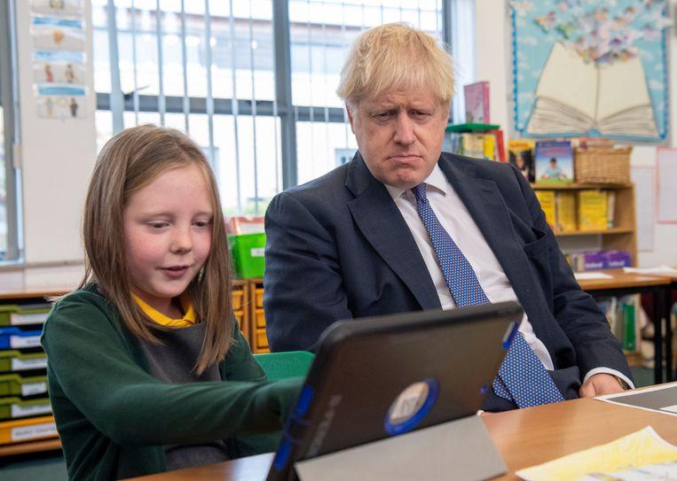 Boris Johnson met een bedenkelijke blik tijdens een schoolbezoek in Milton Keynes.