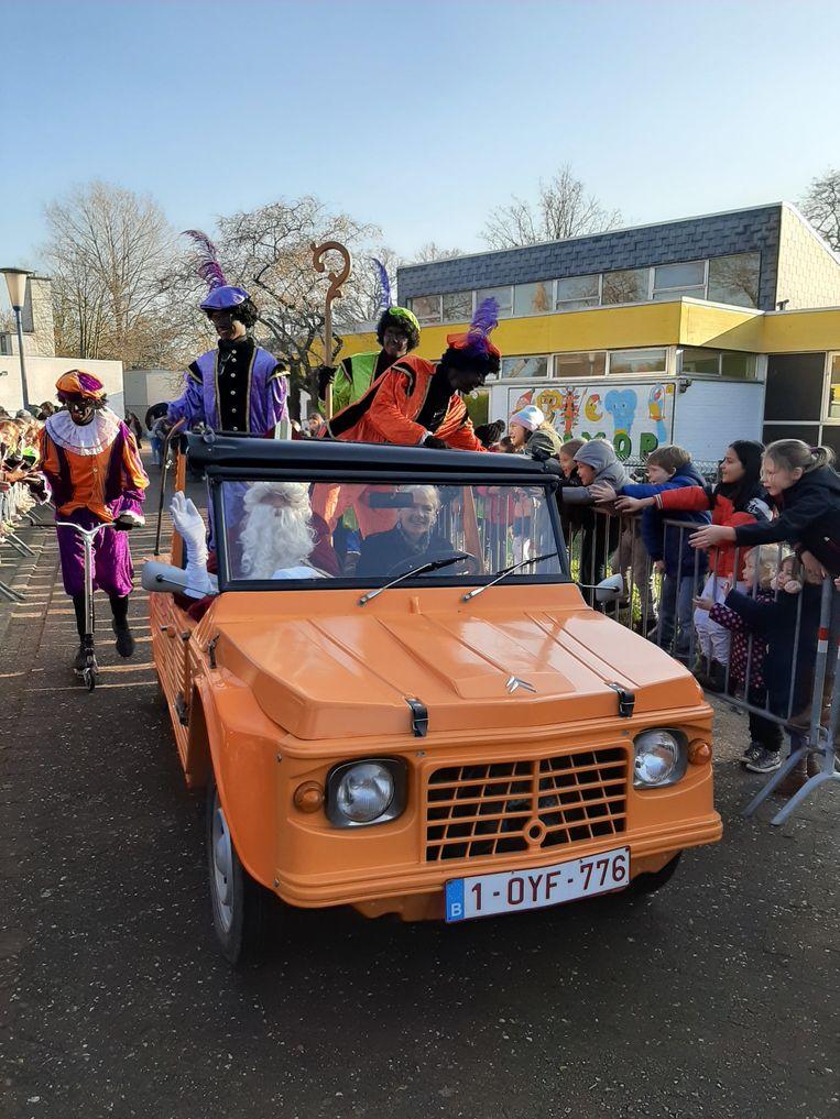 De intrede van de Sinterklaas, met ... een opvallende Citroën.