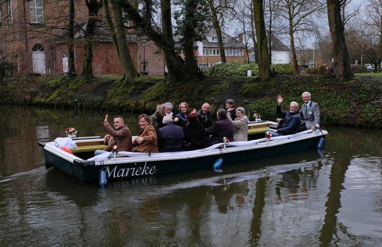 De Moedige Bootvissers op de nieuwe platbodem Marieke.
