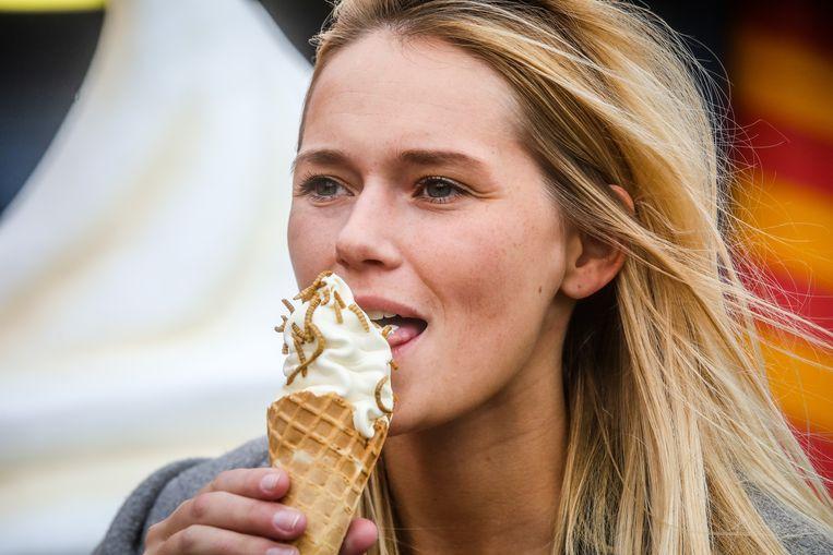 Smullen van een ijsje met wormpjes.