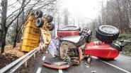 Indrukwekkende crash in Ronse: tractor met aanhangwagen verliest controle in afdaling