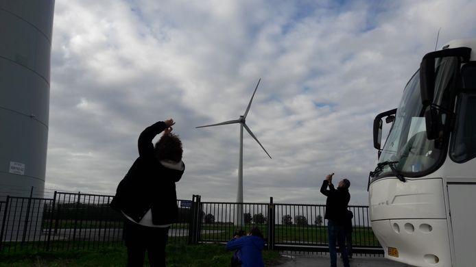 Bij een excursie onlangs naar de Hoeksche Waard fotografeerden omwonenden van Heesch West de hoge turbines.