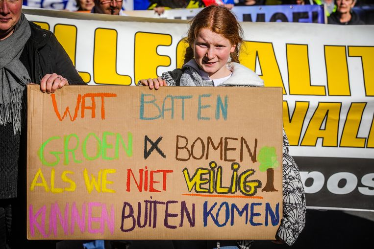 Een jonge manifestante haalt met haar slogan uit naar de klimaatbetogers.