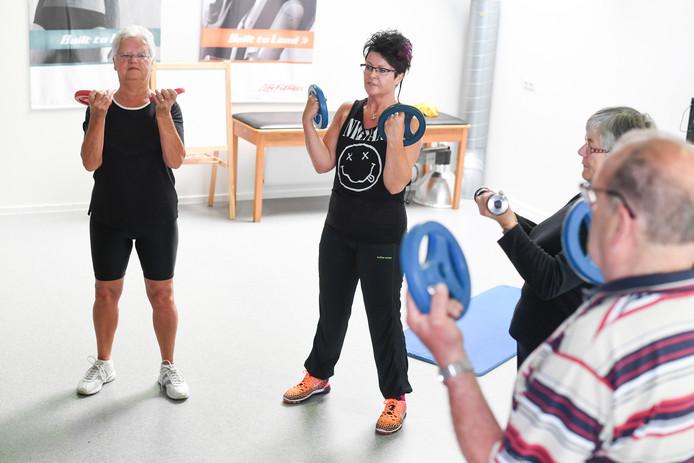 """Wilma Borsje (rechts) geeft Seniorenfit bij Fysiotherapie Geesteren. """"Het is niet erg als het soms niet soepel gaat. Iedereen moet goed luisteren naar z'n eigen lichaam."""""""