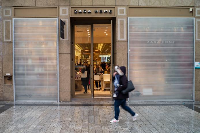 Veel winkels hebben uit voorzorg hun etalages beschermt, zoals deze vestiging van de Spaanse keten Zara.