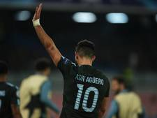 Agüero geeft jubileumshirt als 'legende' aan zoon