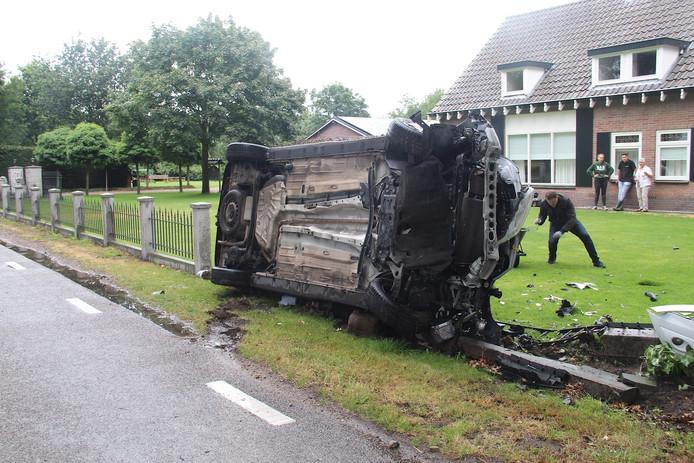 Bestelauto belandt op kant op Lieshoutsedijk in Sint-Oedenrode