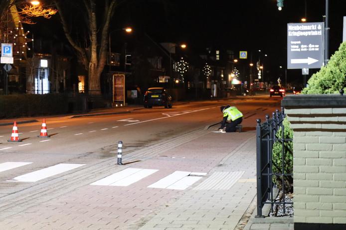 De Verkeers Ongevallen Analyse van de Politie in actie op de kruising Dorpsstraat met de Kastanjelaan in Renswoude na een ongeval.