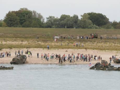 Amfibievoertuigen hebben moeite met landing op Waalstrand