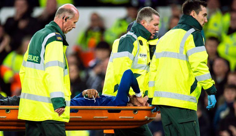 André Gomes werd na de horrortackle van Son op een brancard van het veld afgevoerd.