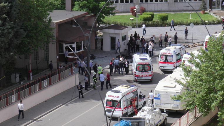 Ambulances bij het politiebureau in Gaziantep.