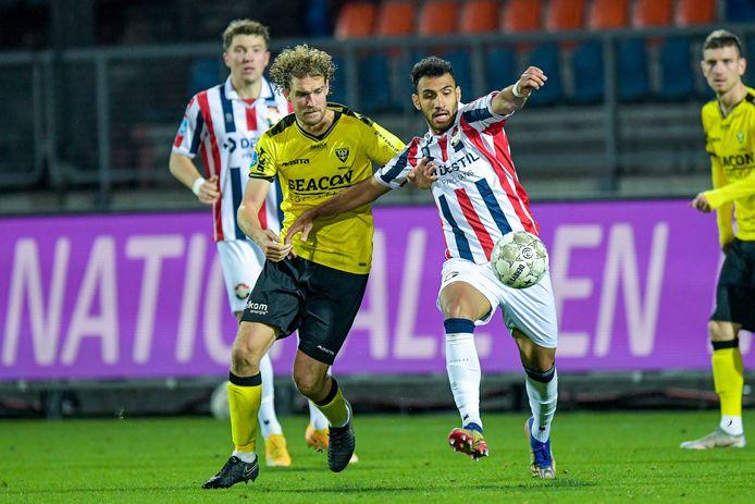 Arjan Swinkels (links) in duel met Willem II-spits Vangelis Pavlidis.