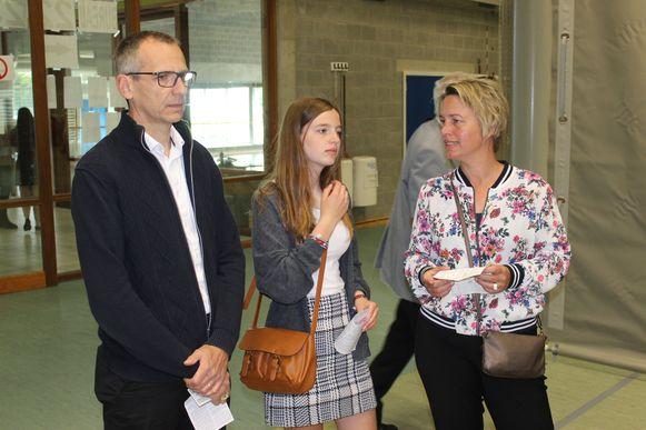 De opgestapte Vlaams minister Joke Schauvliege (CD&V) ging stemmen met dochter Kato en echtgenoot Peter in Evegem.