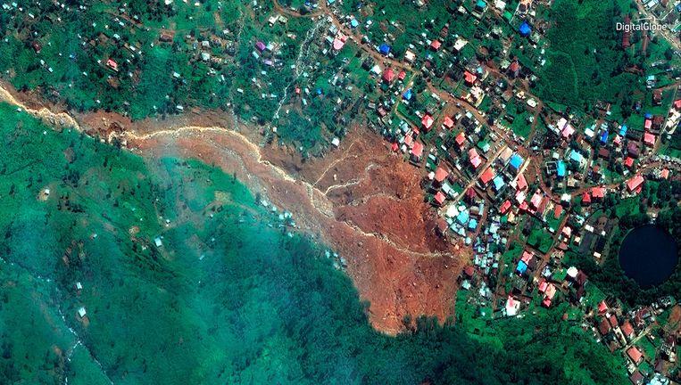 Satellietbeeld van de modderstroom die maandag duizenden bewoners van sloppenwijk Regent in Freetown, de hoofdstad van Sierra Leone, in hun slaap verraste. Beeld AP