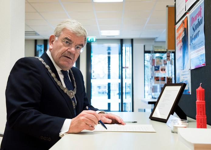 Jan van Zanen ondertekent het condoleanceregister in Vleuten.