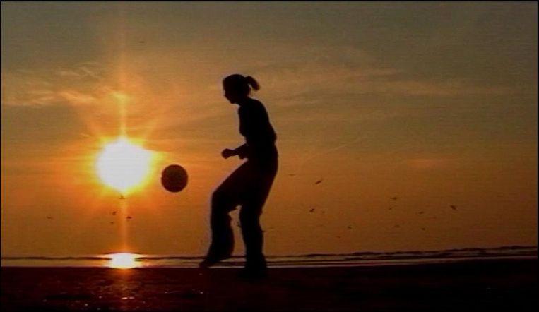 Hooghouden op het strand (2003) van Natalla Toret. Beeld null
