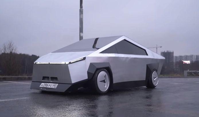 Een tot Tesla Cybertruck omgebouwde Lada Samara.