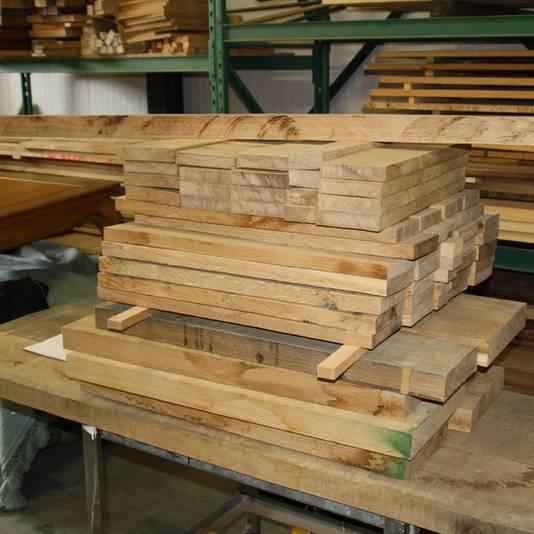 De klant krijgt van elk bouwstadium foto's. Ook van een stapel planken.