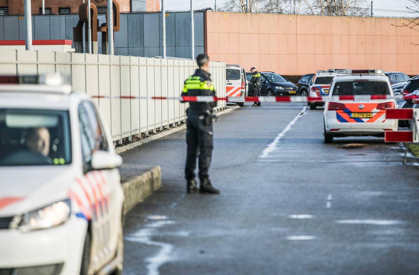 Niemand mocht na de verijdelde ontsnappingspoging in de buurt komen van de Zutphense Ooyerhoek-gevangenis. Er ging een streep door het bezoekuur.