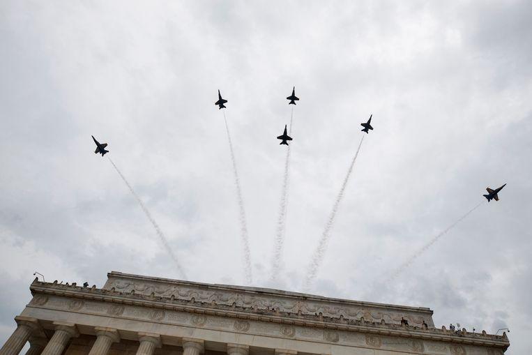 De Blue Angels, marinevliegtuigen van de VS, vliegen boven Washington tijdens de speech van Trump. Beeld AP