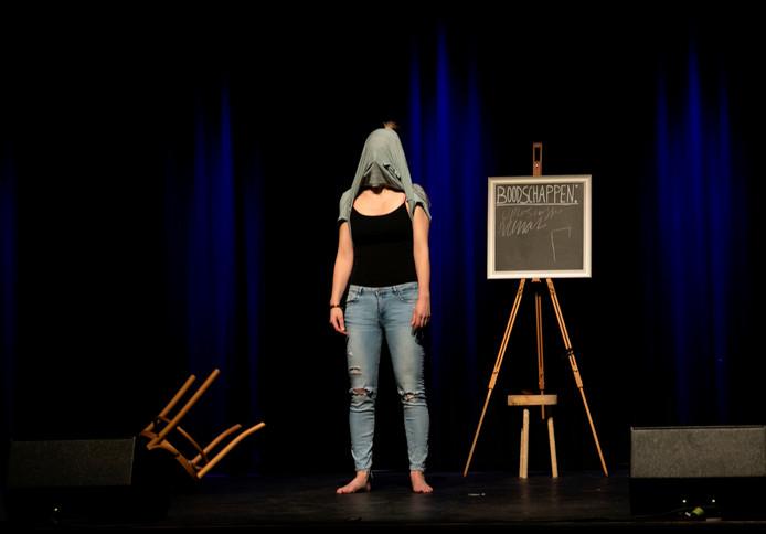 Eva Nagel tijdens de voorstelling Oploskoffie in de Cacaofabriek in Helmond.