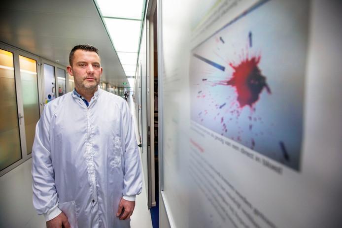 Leon Meijrink onderzoekt bloedsporen bij het Nederlands Forensisch Instituut (NFI) in Den Haag.