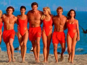 """""""Alerte à Malibu"""" a 30 ans: les secrets du maillot rouge iconique"""