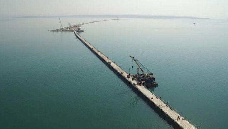 Een Russisch bedrijf is, naar verluid na flinke druk van het Kremlin, begonnen met de bouw van de brug van de Krim naar het Russische vasteland. Beeld  RT.com