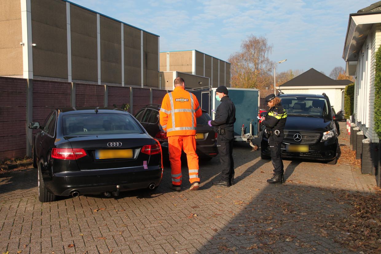Politie tijdens een onderzoek bij een clubhuis van motorclub Caloh Wagoh in Amersfoort. Beeld ANP