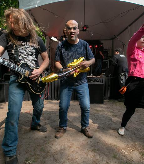 Rijtven in Deurne rockt met opblaasbare gitaren