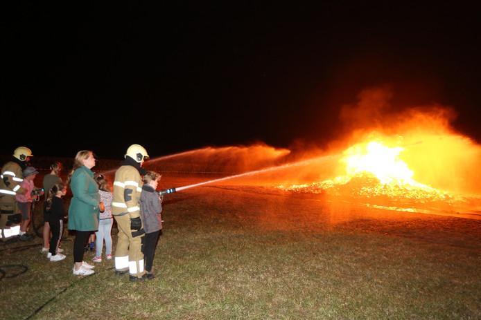 Brandweer assisteert bij palletverbranding in Lith