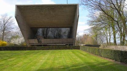 """Twee openluchtmissen onder betonnen luifel van kapel van Kerselare: """"Maar stoel moet je zelf meebrengen"""""""