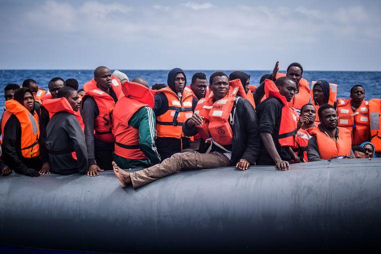 Afrikanen op de Middellandse Zee, in een rubberboot van hulporganisatie SOS Mediterranee, in 2018.  Beeld EPA