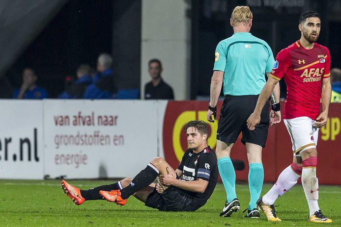 4 november 2017: Jordens Peters moet in de uitwedstrijd tegen AZ uitvallen met een knieblessure die hem langdurig aan de kant zal houden.