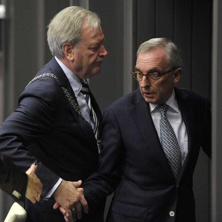Burgemeester Henk van Beers schudt de hand van Jos van Rey (R) nadat deze een verklaring heeft afgelegd in de gemeenteraad van Roermond. Beeld ANP