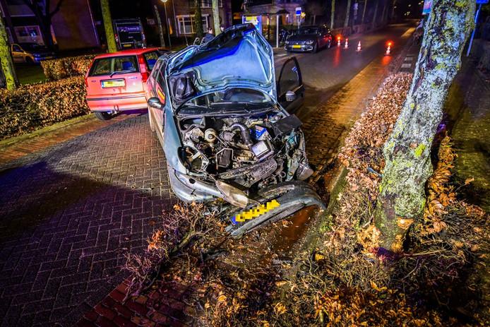 Een automobilist heeft op de Molenstraat in Lieshout een auto en een boom geramd.