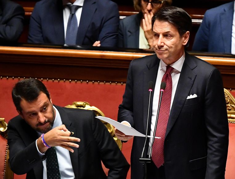 Premier Giuseppe Conte kondigt zijn ontslag aan in de Senaat en haalt daarbij uit naar vicepremier Matteo Salvini (links). Beeld EPA / Ettore Ferrari