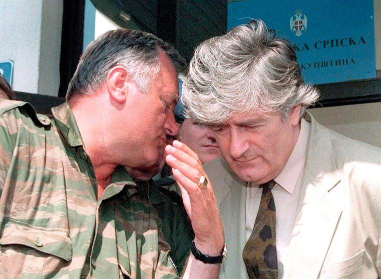 Mladic (links) overlegt met toenmalig Bosnisch-Servische leider Radovan Karadzic in 1993. Beeld epa