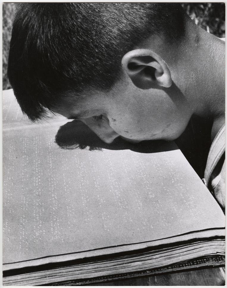 Jongen leest brailleboek met zijn lippen, Villa Savoia, Rome, 1948. Beeld Chim (David Seymour) / Magnum Photos Courtesy Chim Estate