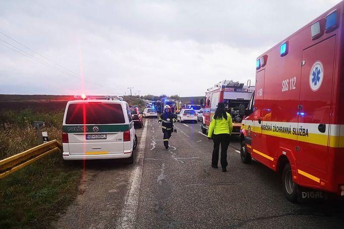 De bus kwam in botsing met een vrachtwagen.