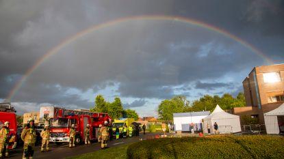 Symbolischer kan haast niet: brandweermannen brengen eresaluut onder magnifieke regenboog