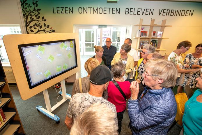 Opening van de Dementheek in Veldhoven onder meer het interactive bord.