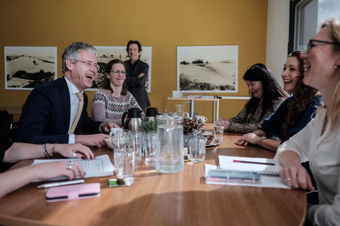 Minister Arie Slob van Onderwijs bezoekt basisschool De Timpaan in Wehl.
