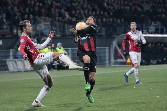 Luigi Bruins in duel met Sander van de Streek (l).