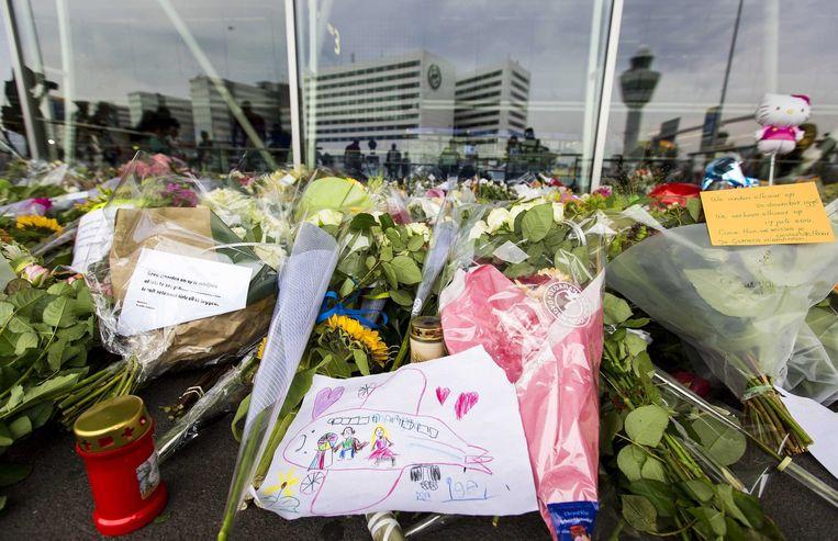 Bloemen op Schiphol ter nagedachtenis aan de slachtoffers van de vliegramp. Beeld epa