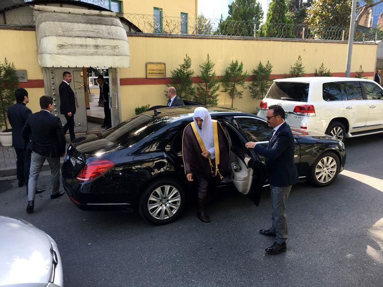 Aankomst van de Saoedische hoofdaanklager Saud Al Mojeb bij het consulaat van Saoedi-Arabië in Istanbul. Zijn Turkse collega Irfan Fidan meldde woensdag dat de Saoedische journalist Jamal Khashoggi kort nadat hij op 2 oktober het consulaat van Saoedi-Arabië in Istanbul was binnengegaan, werd gewurgd en in stukken gesneden. Beeld AFP