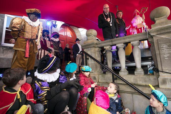 Burgemeester Mikkers bij de intocht van Sinterklaas op de Markt
