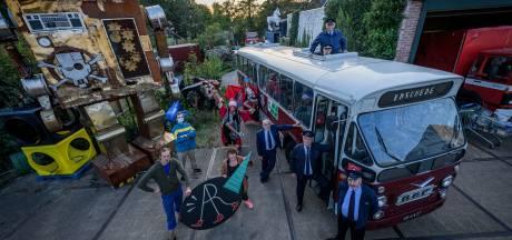 Festival met vintage 'hop on hop off bus' en coronabitches die de afstand bewaken