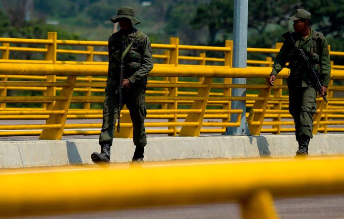 Venezolaanse troepen houden de wacht bij de Tienditas-brug.